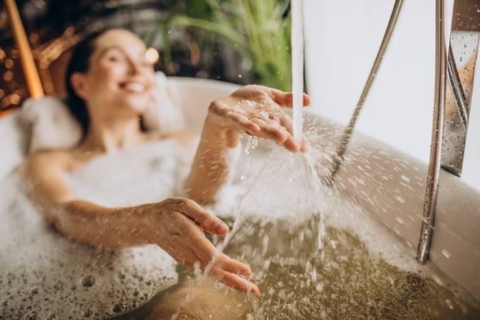 mandi-dengan-larutan-antigatal-untuk-meredakan-gejala-biduran